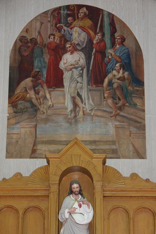 <p>&Agrave; l&#39;int&eacute;rieur de l&#39;&Eacute;glise de Saint-R&eacute;mi, le ma&icirc;tre-autel est surmont&eacute; d&#39;une fresque de Georges Delfoss qui repr&eacute;sente le bapt&ecirc;me du Roi Clovis par Saint R&eacute;mi. (R&eacute;f&eacute;rence: Bergeron-Gagnon inc., inventaire du patrimoine de la MRC des Laurentides, 2013.)</p>