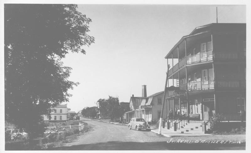 <p>Vue de la rue Principale et de l&#39;h&ocirc;tel Laurier en premier plan. L&#39;h&ocirc;tel a &eacute;t&eacute; construit dans les ann&eacute;es 1910-1930. Le&nbsp;&nbsp;propri&eacute;taire &agrave; l&#39;&eacute;poque &eacute;tait M. Hilaire Thomas.</p>