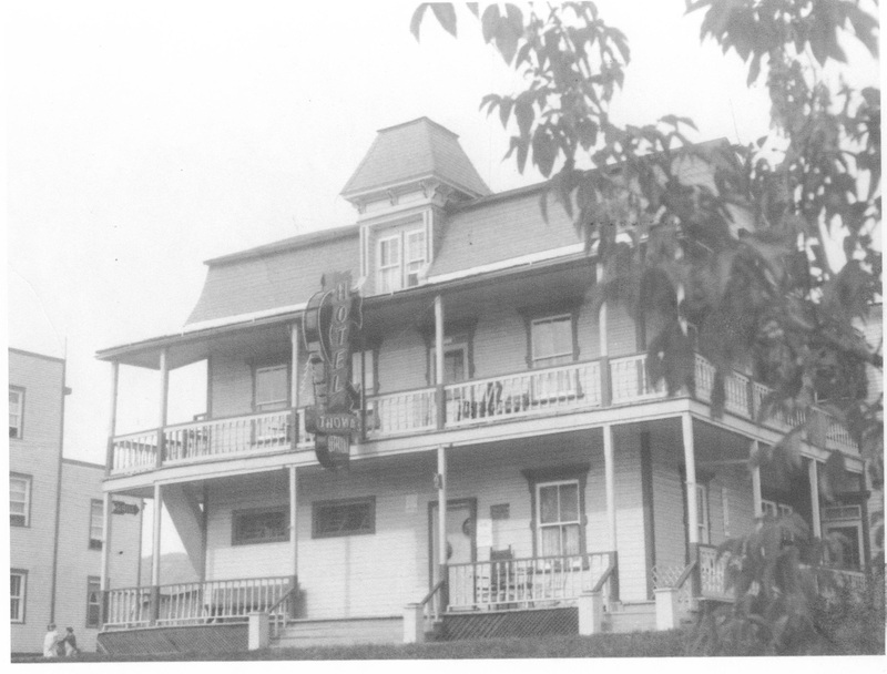 <p>Cet &eacute;difice &agrave; toit mansard&eacute; construit entre 1895 et 1910 &eacute;tait l&#39;h&ocirc;tel du&nbsp;Peuple.&nbsp;</p>