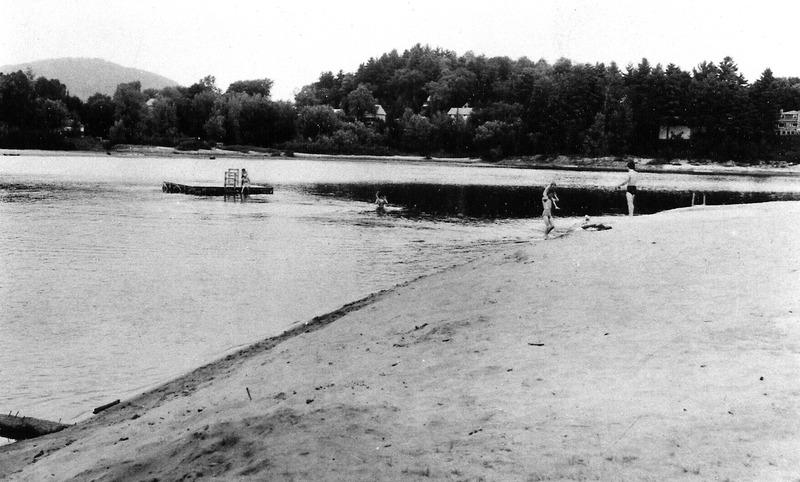 <p>Sur le chemin de la Rouge, on acc&egrave;de &agrave; une plage de sable qui rassemble encore aujourd&#39;hui les habitants de Br&eacute;beuf et de la r&eacute;gion en saison estivale.</p>