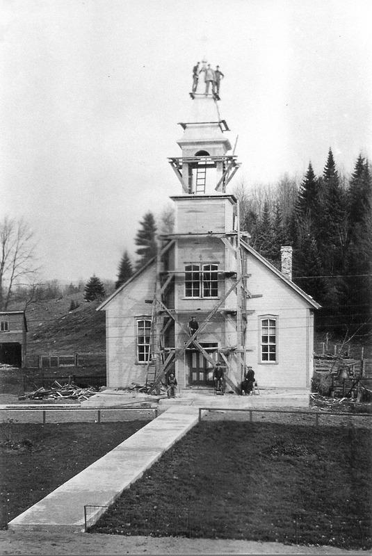 <p>En 1927, on remplace la grosse cloche par une plus petite. Cette derni&egrave;re est baptis&eacute;e &quot;Marie-Eug&egrave;ne Rodrigue&quot; le 29 juillet 1928. On construit &eacute;galement un portique sur la fa&ccedil;ade de l&#39;&eacute;glise et du clocher actuel. (<a href='http://www.saint-jovite.org/histoire-brebeuf'>www.saint-jovite.org/histoire-brebeuf</a>)</p>