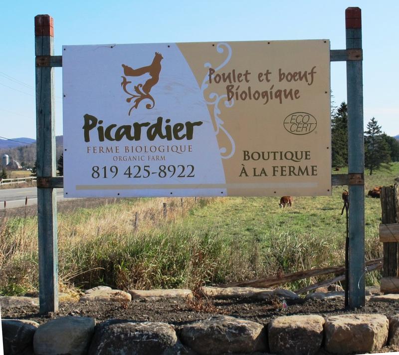 <p>Sur la route, cette affiche indique une boutique &agrave; la ferme Picardier, une ferme biologioque familiale de trois g&eacute;n&eacute;rations.</p>