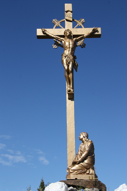 <p>We can see five stations of the Passion of Christ, a cross and a grotto of Notre-Dame-de-Lourdes. The Stations of the Cross are formed by 27 statues in bronzed cast iron created between 1910 and 1920 by Union Artistique Internationale de Vaucouleurs, in France (source: Bergeron-Gagnon Inc., heritage inventory of the Laurentides RMC, 2013).</p>