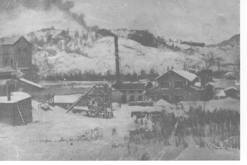<p>In 1894, the silica and kaolin mine was first opened. In 1911, a plant was also built on the site. Discovered accidentally when a well was being dug on a farm owned by Philibert Tass&eacute;, the operation was dry-mined and produced a fine dust extremely dangerous to breathe. Quite a few people developed the lung disease silicosis, which results in death. As a result, the plant&rsquo;s activities eventually ceased in the 1940s. As you drive along, you may notice a white dust on the ground along the Chemin de Rockway Valley: this is kaolin.</p>