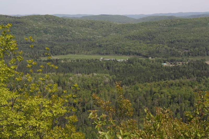<p>Access to the fire tower is via a specially built and maintained trail that can be reached from the parking lot on Chemin Saint-Louis. The hiking trail is 1.5 -km long and leads to a summit from where you can obtain spectacular 360-degree views over the surrounding countryside.</p>