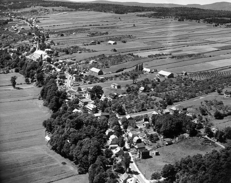 <p>En Nouvelle-France, en raison de l&rsquo;importance des &eacute;changes par voie fluviale, les terrains conc&eacute;d&eacute;s le long de la C&ocirc;te-de-Beaupr&eacute; ont une forme allong&eacute;e. Ainsi, chaque ferme dispose d&rsquo;un acc&egrave;s au fleuve et de terres propices &agrave; la culture, mais aussi de terrains bois&eacute;s. En 1683, Mgr de Laval fait tracer un chemin entre la chute Montmorency et le Cap Tourmente&nbsp;: le &laquo;&nbsp;Chemin du Roy&nbsp;&raquo;, qui permettra d&rsquo;am&eacute;liorer sensiblement les communications par la terre.<br /><br />Photo&nbsp;: Vue a&eacute;rienne de L&rsquo;Ange-Gardien (W. B. Edwards Inc, 1947. Archives de la Ville de Qu&eacute;bec)</p>