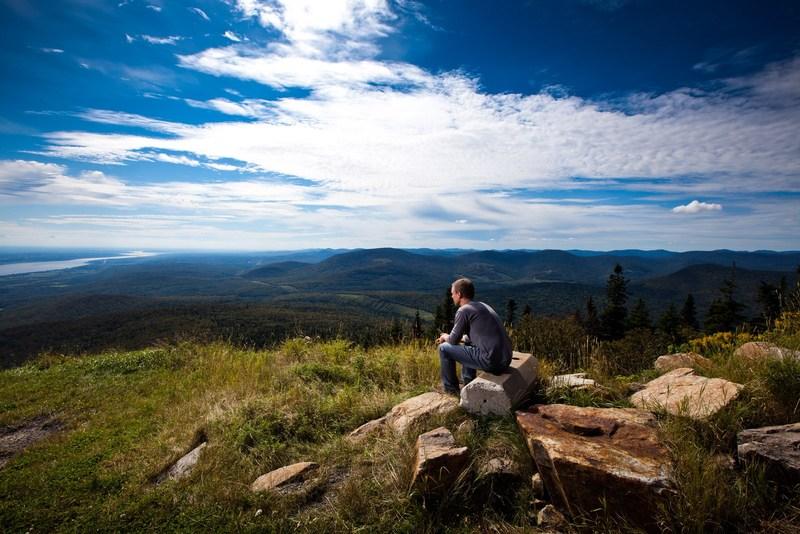 <p>Le sommet du Mont Sainte-Anne offre l&rsquo;un des plus beaux panoramas de la C&ocirc;te-de-Beaupr&eacute;. On peut y admirer la cha&icirc;ne des Laurentides, dont fait partie cette montagne de 803 m&egrave;tres d&rsquo;altitude.<br /><br />Photo&nbsp;: Vue depuis le sommet du Mont-Sainte-Anne (Olivier Croteau. Coll. D&eacute;veloppement C&ocirc;te-de-Beaupr&eacute;)</p>