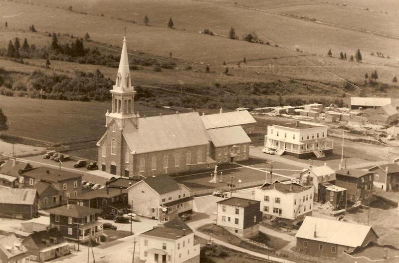 <p>Le territoire de Saint-Tite-des-Caps est occup&eacute; depuis 1853, lorsque ces terres&nbsp; appartenant au S&eacute;minaire de Qu&eacute;bec furent donn&eacute;es en concession pour l&rsquo;agriculture. Tapie au creux de la vall&eacute;e, la municipalit&eacute; de Saint-Tite-des-Caps s&rsquo;&eacute;tire sur plus de 19&nbsp;km. Ce d&eacute;veloppement a &eacute;t&eacute; dict&eacute; par le relief et l&rsquo;aridit&eacute; des terres, particuli&egrave;rement pierreuses. Les cultivateurs ont trim&eacute; dur pour enlever les pierres qui ont servi par la suite &agrave; &eacute;lever des cl&ocirc;tures pour d&eacute;limiter les champs, et &agrave; b&acirc;tir les maisons.<br /><br />Photo&nbsp;: Paysage de Saint-Tite-des-Caps en 1954 (1954. Coll. Centre de g&eacute;n&eacute;alogie, des archives et des biens culturels de Ch&acirc;teau-Richer)</p>
