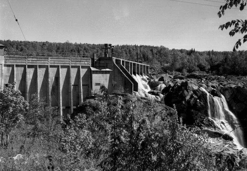 <p>En plus de l&rsquo;exploitation foresti&egrave;re, Saint-Ferr&eacute;ol a connu deux &eacute;tapes importantes dans son d&eacute;veloppement, toujours en lien avec son patrimoine naturel. Au d&eacute;but du XXe si&egrave;cle, un barrage est construit &agrave; Saint-Ferr&eacute;ol sur la rivi&egrave;re Sainte-Anne au niveau des Sept-Chutes&nbsp;: la centrale hydro&eacute;lectrique produit ses premiers kilowatts en 1916. Puis, &agrave; partir des ann&eacute;es&nbsp;1970, le d&eacute;veloppement de la station de sports d&rsquo;hiver du Mont Sainte-Anne entra&icirc;ne la transformation du village: celui-ci s&rsquo;agrandit et devient un lieu de vill&eacute;giature. C&rsquo;est pourquoi Saint-Ferr&eacute;ol est rebaptis&eacute; Saint-Ferr&eacute;ol-les-Neiges en 1969.<br /><br />Photo&nbsp;: Le barrage de la Qu&eacute;bec Power Co. sur la rivi&egrave;re Sainte-Anne, aux Sept-Chutes &agrave; Saint-Ferr&eacute;ol (J.W. Michaud, 1949. BANQ E6, S7, S11, P69548-49.)</p>