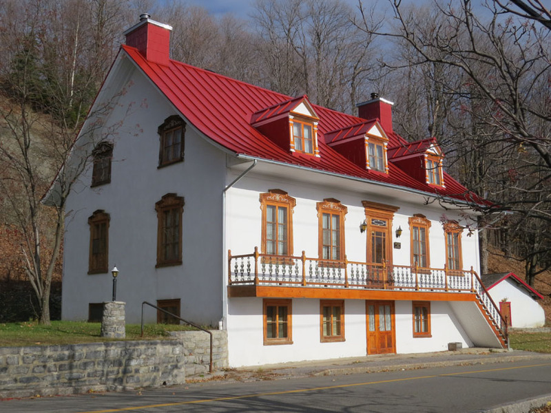<p>The &ldquo;Quebec-style home&rdquo; is the most common model of housing in Ch&acirc;teau-Richer. This model can be traced back to French-inspired houses, which were adapted to the Quebec climate and lifestyle. The homes are higher off the ground, to ensure that the entrance remains accessible in the winter. The front of the house typically features a covered gallery. Some of these galleries, influenced by the neo-classical style, have ornamental balustrades and columns.<br /><br />Picture: Quebec-style home (Bergeron Gagnon inc, 2015. Inventaire du patrimoine b&acirc;ti de la MRC de La C&ocirc;te-de-Beaupr&eacute;)</p>