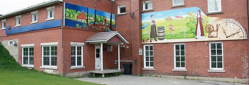 <p>Pour la cr&eacute;ation de la murale d&rsquo;Upton, le conseil municipal a choisi Ryth&Acirc; Kesselring, une artiste peintre professionnelle native de Zezikon en Suisse, qui a re&ccedil;u plusieurs prix pour ses &oelig;uvres originales et audacieuses et qui diffuse son art au Qu&eacute;bec et en Suisse.<br /><br />Cette derni&egrave;re a assur&eacute; la composition de cette murale en se basant sur les th&egrave;mes historiques d&eacute;termin&eacute;s par la municipalit&eacute; et l&rsquo;a r&eacute;alis&eacute;e en compagnie de deux stagiaires, Karine Tremblay et Annie Champigny, artistes peintres de la rel&egrave;ve.<br /><br />Dans le cadre de la r&eacute;alisation de cette murale, Ryth&Acirc; Kesselring a int&eacute;gr&eacute; une mosa&iuml;que dont les morceaux ont &eacute;t&eacute; peints par les enfants du village. Cet aspect participatif apporte un sentiment d&rsquo;appartenance aux villageois tout en repr&eacute;sentant l&rsquo;avenir de la municipalit&eacute;.</p>