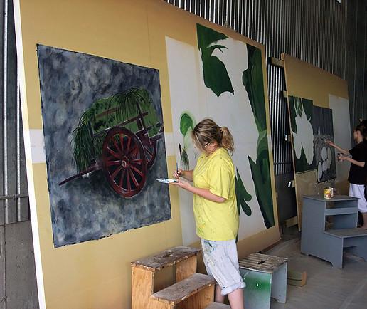 <p>Marie-Julie Blouin et Laurence Gauthier, stagiaires, lors de la r&eacute;alisation de la murale.</p>