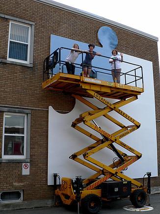 <p>L&#39;artiste Denise Gazaille avec ses stagiaires Andr&eacute;anne Meunier et Marie-Julie Blouin lors de la r&eacute;alisation de la murale.</p>