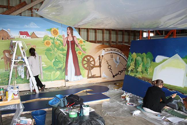 <p>Annie Champigny et Karine Tremblay, stagiaires, lors de la r&eacute;alisation de la Murale avec l&#39;artiste Rith&Acirc; Kesselring.</p>