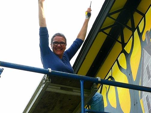 <p>Jacinthe Labrecque, artiste, lors de la r&eacute;alisation de la murale.</p>