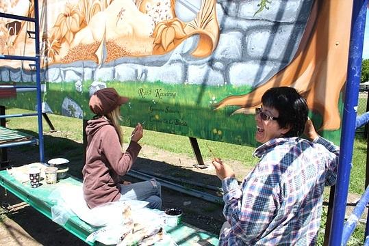 <p>Genevi&egrave;ve Sabourin et Consuelo De La Bastida, stagiaires, lors de la r&eacute;alisation de la murale.</p>