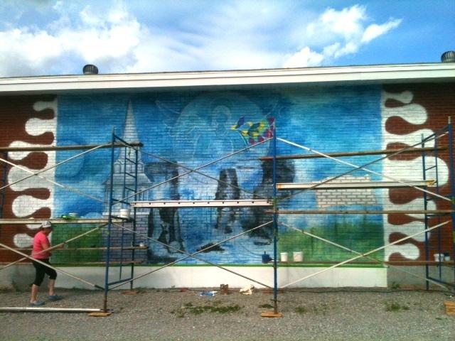 <p>Lors de la r&eacute;alisation de la murale.</p>