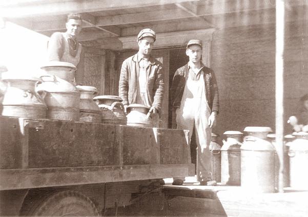 <p>Phil&eacute;mon-Proulx et deux compagnons &agrave; la laiterie de B&eacute;thanie.<br />Source: Phil&eacute;mon Proulx.</p>