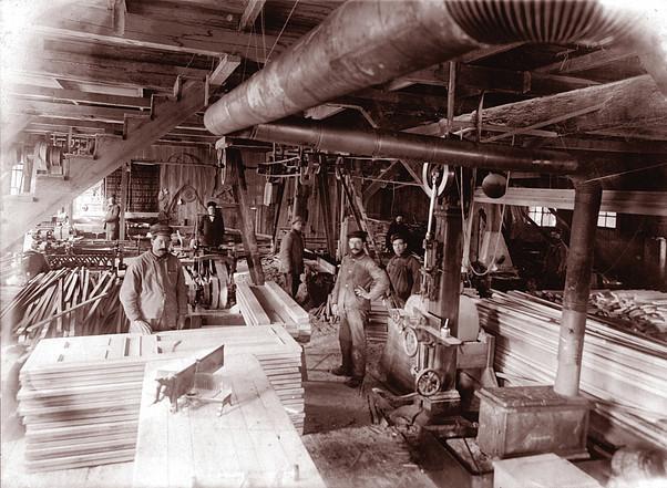 <p>Manufacture de portes et de ch&acirc;ssis.<br />Source: Pierre Larivi&egrave;re.</p>