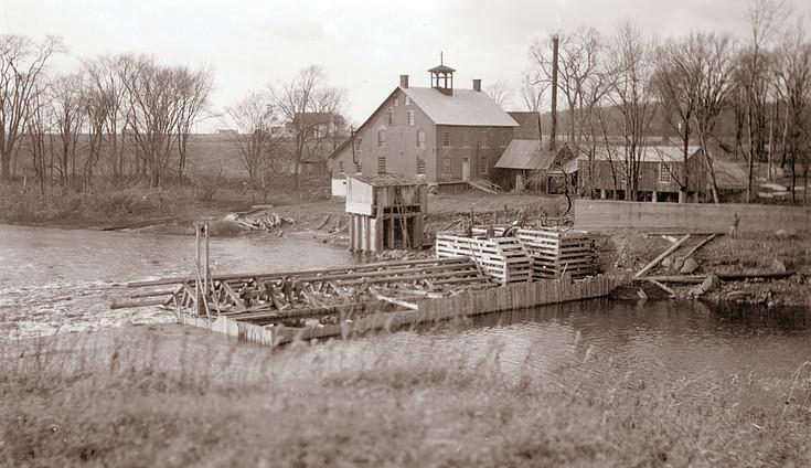 <p>Barrage en construction.<br />Source: Centre d&#39;histoire de Saint-Hyacinthe, fonds Ald&eacute;e Desmarais.</p>