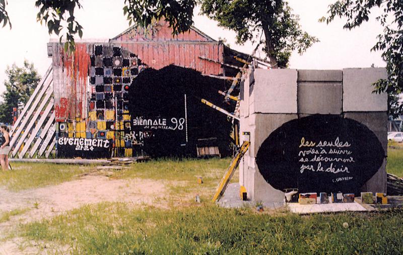 <p>Vue du site de la maison Lemoyne lors du 30e anniversaire des &eacute;v&eacute;nements 21-24 en juin 1998. On aper&ccedil;oit &agrave; droite la derni&egrave;re &oelig;uvre de Serge, la sculpture cubique r&eacute;alis&eacute;e en hommage au po&egrave;te Claude Gauvreau.<br /><br />Photo Soci&eacute;t&eacute; d&rsquo;histoire de la r&eacute;gion d&rsquo;Acton</p>