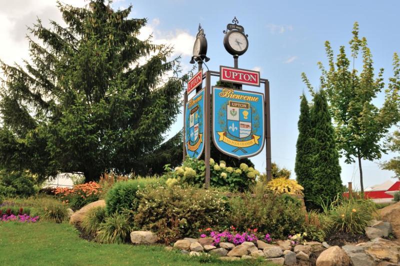 <p>La municipalit&eacute; de paroisse de Saint-&Eacute;phrem-d&rsquo;Upton voit le jour en 1855 et celle du village est officialis&eacute;e en 1878; elles fusionneront en 1998 et porteront d&egrave;s lors le nom de municipalit&eacute; d&rsquo;Upton. L&rsquo;&eacute;rection canonique remonte au 9 janvier 1854.<br /><br />Si le territoire d&rsquo;Upton est principalement &agrave; vocation agricole, avec ses productions animales et ses grandes cultures, plusieurs entreprises du secteur urbain g&eacute;n&egrave;rent aussi des emplois diversifi&eacute;s.<br /><br />La rivi&egrave;re Noire, au c&oelig;ur du village, est aliment&eacute;e par les rivi&egrave;res Duncan et le Renne. Cinq moulins &agrave; scie ont autrefois &eacute;t&eacute; actionn&eacute;s par l&rsquo;&eacute;nergie de ces rivi&egrave;res. La rivi&egrave;re Noire a aussi fourni du pouvoir et de l&rsquo;eau &agrave; l&rsquo;importante tannerie de David Lemay qui a, par la suite, appartenu &agrave; son gendre Rapha&euml;l Loiselle et qui fut en op&eacute;ration pendant plus de soixante ans, ainsi qu&rsquo;&agrave; la Bark Extract Factory, une usine qui extrayait le tanin de l&rsquo;&eacute;corce de pruche et l&rsquo;acheminait par barils &agrave; des tanneries aux &Eacute;tats-Unis.<br /><br />C&rsquo;est vers 1853 qu&rsquo;Anthony MacEvila s&rsquo;installe au confluent des rivi&egrave;res Noire et le Renne et y implante un moulin &agrave; scie et un moulin &agrave; farine et &agrave; carder. Jusqu&rsquo;&agrave; une centaine d&rsquo;hommes travaill&egrave;rent pour lui et sa client&egrave;le provenait des grandes villes des environs.<br /><br />En 1936, les filles d&rsquo;Anthony MacEvila c&egrave;dent la propri&eacute;t&eacute; &agrave; monseigneur Joseph Ald&eacute;e Desmarais qui transformera le site en une &eacute;cole m&eacute;nag&egrave;re sous la gouverne du d&eacute;partement de l&rsquo;Instruction publique. Elle fut fr&eacute;quent&eacute;e, jusqu&rsquo;en 1968, par des centaines de jeunes filles de