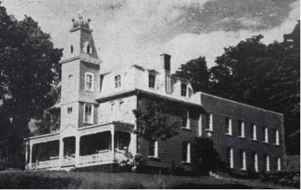 This magnificent house was built for the attorney, Maître John Francis Leonard and his wife, Marie A.C. Gendreau. Mr. Cox, the contractor, built the premises according to plans drawn up by the architect, Mr. Artis. Maître Leonard studied in Nicolet and Saint-Hyacinthe, and later read law in Montreal, where he was admitted to the Bar in 1866. That very same year, he arrived in Waterloo.