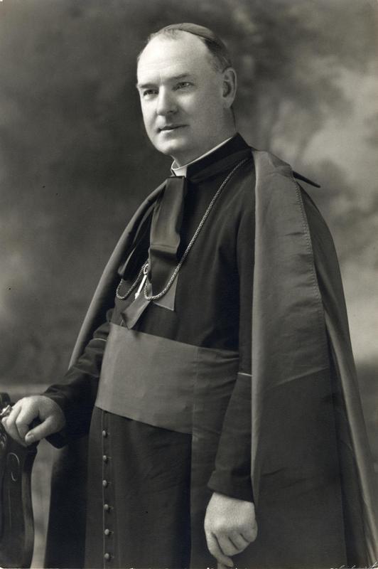 <p>En 1918, l&rsquo;abb&eacute; Joseph-Eug&egrave;ne Limoges obtient la cure de Saint-Jovite, succ&eacute;dant &agrave; Samuel Ouimet, le cur&eacute; fondateur de la paroisse. Quatre ans plus tard, il est nomm&eacute; &eacute;v&ecirc;que de Mont-Laurier, et en 1957, il est promu archev&ecirc;que. Au cours de son &eacute;piscopat, il encourage la cr&eacute;ation de divers organismes et institutions encadr&eacute;es par l&rsquo;&Eacute;glise qui favorisent la vitalit&eacute; des paroisses, le mode de vie rural et l&rsquo;&eacute;ducation : cercles des fermi&egrave;res, Union catholique des cultivateurs, Union des b&ucirc;cherons catholiques, &eacute;cole normale de Mont-Laurier, etc.<br /><br />C&rsquo;est &agrave; Joseph-Eug&egrave;ne Limoges que l&rsquo;on doit la cr&eacute;ation de la mission de Mont-Tremblant : ses visites dominicales dans le petit hameau du lac Mercier comptaient, &eacute;crira-t-il, parmi &laquo; les plus beaux souvenirs de [sa] vie sacerdotale &raquo;.<br /><br />Source : Luc COURSOL, Un dioc&egrave;se dans les cantons du Nord : Histoire du dioc&egrave;se de Mont-Lauier, Mont-Laurier, 1988.<br /><br />Photo de Joseph-Eug&egrave;ne Limoges vers 1925.<br /><br />&copy; Photo : Biblioth&egrave;que et Archives nationales du Qu&eacute;bec.</p>