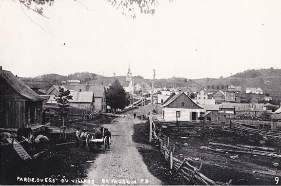 <p>&Agrave; l&rsquo;automne 1869, sur les instances du cur&eacute; Antoine Labelle, on entreprend la construction d&rsquo;un chemin qui ouvrira la colonisation au-del&agrave; de Sainte-Agathe-des-Monts, le dernier village existant au nord-ouest de Montr&eacute;al. Le trac&eacute; du chemin, qui prend naissance au lac des Sables, contourne plusieurs lacs avant de s&rsquo;attaquer &agrave; des montagnes abruptes entaill&eacute;es de flancs rocheux.<br /><br />Les ouvriers affect&eacute;s &agrave; la construction du chemin surnomment l&rsquo;une des montagnes &laquo; la Repousse &raquo;, parce qu&rsquo;elle repoussait la colonisation, tandis qu&#39;une autre a &eacute;t&eacute; surnomm&eacute;e &laquo; l&rsquo;&Eacute;pouvante &raquo;. Pendant plusieurs ann&eacute;es, les noms fatidiques de la Repousse et de l&rsquo;&Eacute;pouvante, ainsi que la barri&egrave;re bien r&eacute;elle qu&rsquo;ils &eacute;voquent, feront obstacle au projet de colonisation du cur&eacute; de Saint-J&eacute;r&ocirc;me.&nbsp;<br /><br />Sur la photo: le village de Saint-Faustin. Le chemin de la Repousse passait aux environs de l&rsquo;actuel chemin des Lacs et de la station de ski Mont-Blanc.<br /><br />&copy; Source photo : Soci&eacute;t&eacute; d&rsquo;histoire de la Repousse.</p>