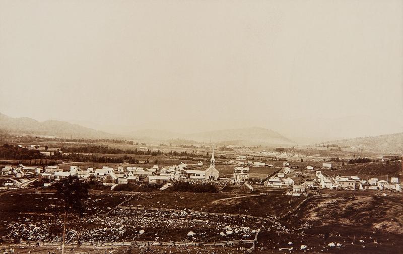 <p>En 1886, apr&egrave;s l&rsquo;ouverture du chemin, Benjamin de Montigny parle encore de la terreur que la Repousse &eacute;voque aux yeux des colons, comme en t&eacute;moigne l&#39;extrait audio suivant.<br /><br />Sur la photo: le village de Saint-Jovite.</p><p>&copy; Source photo : Collection Aubin.</p>