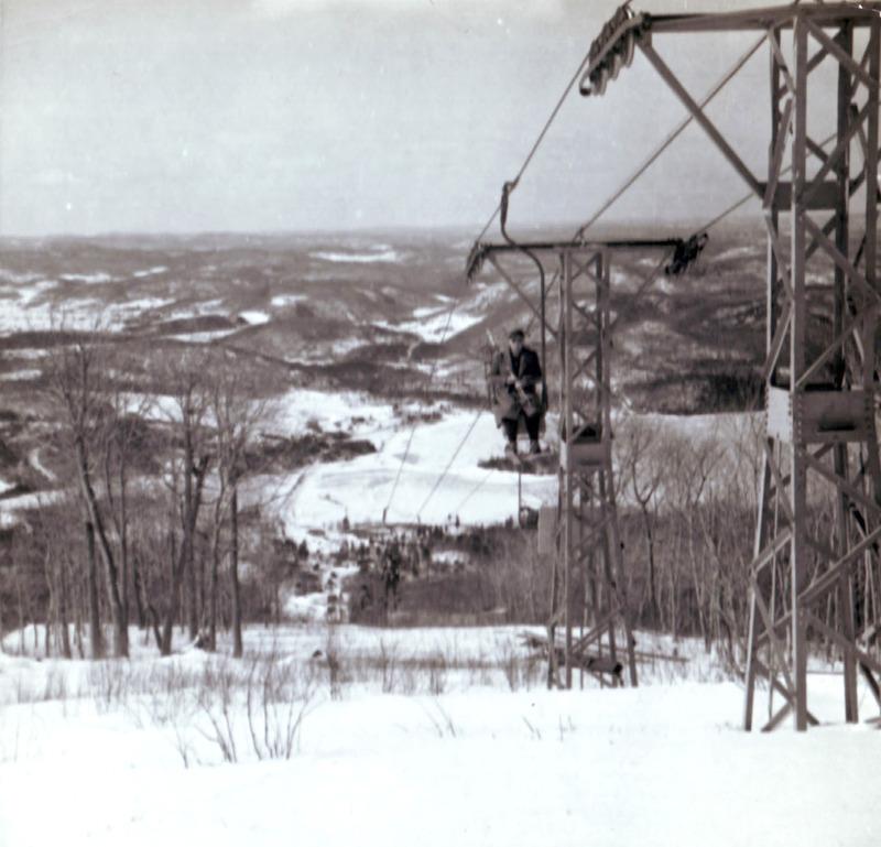 <p>Pendant des ann&eacute;es, le Mont Tremblant Lodge sera la seule station de ski du Qu&eacute;bec et du Canada &agrave; offrir &agrave; ses clients le luxe et la rapidit&eacute; d&rsquo;un t&eacute;l&eacute;si&egrave;ge. Lorsque le fondateur de l&rsquo;entreprise, l&rsquo;Am&eacute;ricain Joseph B. Ryan inaugure son t&eacute;l&eacute;si&egrave;ge, en f&eacute;vrier 1939, l&rsquo;invention n&rsquo;existe alors, depuis trois ans, qu&rsquo;&agrave; un seul autre endroit au monde, la nouvelle station de Sun Valley, en Idaho. C&rsquo;est un ing&eacute;nieur de l&rsquo;Union Pacific Railway qui avait eu l&rsquo;id&eacute;e du m&eacute;canisme en observant la fa&ccedil;on dont les caisses de bananes suspendues &agrave; des c&acirc;bles en mouvement &eacute;taient transport&eacute;es dans les cargos, en Am&eacute;rique centrale. Si on pouvait de la sorte trimballer sans les ab&icirc;mer les pr&eacute;cieux fruits, sans doute pourrait-on faire de m&ecirc;me avec des skieurs! Pour &eacute;viter que les clients sujets au vertige ne soient effray&eacute;s, Ryan fit construire sous le t&eacute;l&eacute;si&egrave;ge une plateforme de bois sur&eacute;lev&eacute;e qui att&eacute;nuait quelque peu l&rsquo;impression de hauteur.<br /><br />Le Mont Tremblant Lodge misera beaucoup sur son t&eacute;l&eacute;si&egrave;ge qui r&eacute;volutionne la pratique du ski, car d&eacute;sormais on passe plus de temps &agrave; descendre les pistes qu&rsquo;&agrave; les escalader&hellip; &Eacute;coutez &agrave; la page suivante un extrait d&rsquo;une publicit&eacute; publi&eacute;e en janvier 1941 dans un journal qu&eacute;b&eacute;cois.</p>