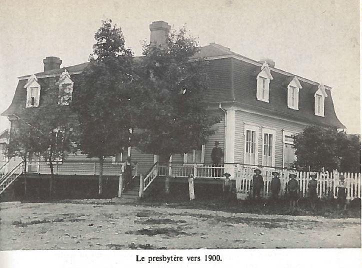 <p>Habitant la sacristie de la chapelle, M. l&#39;abb&eacute; Georges Guy, premier cur&eacute;, a men&eacute; la construction du premier presbyt&egrave;re. Celui-ci mesurait 38 pieds x 32 pieds. Il a &eacute;t&eacute; b&eacute;ni en 1885. De 1885 &agrave; 1970, il a abrit&eacute; les huits cur&eacute;s de la paroisse.<br /><br />Lors d&#39;une assembl&eacute;e de la Fabrique de Saint-Odilon le 10 d&eacute;cembre 1967, le conseil a d&eacute;cid&eacute; de mettre en vente le presbyt&egrave;re consid&eacute;rant plusieurs raisons.&nbsp; Le 3 janvier 1970, le vieux presbyt&egrave;re est vendu &agrave; l&#39;ench&egrave;re pour la modique somme de 635$.&nbsp; Aujourd&#39;hui, on retrouve sur ce terrain le Centre Cur&eacute; Larochelle, une r&eacute;sidence pour personnes &acirc;g&eacute;es.<br /><br />Source :&nbsp;Cent ans d&#39;histoire et plus... &agrave; Saint-Odilon-de-Cranbourne (1900)</p>