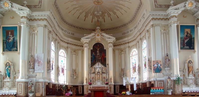 <p>Au coeur de l&#39;&eacute;glise, nous pouvons apercevoir diff&eacute;rents autels ainsi que les magnifiques verri&egrave;res.&nbsp;<br /><br />Source :&nbsp;Cardinal Louis-Albert Vachon, livre 150 page 55</p>