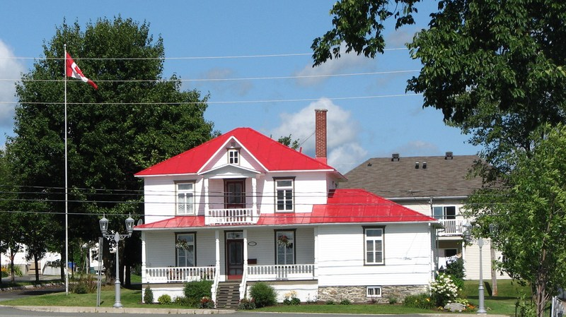 <p>Cette maison de style Four Squares b&acirc;tie en 1939, avec annexe lat&eacute;rale, a des murs couverts de planches &agrave; gorge peintes en blanc et une toiture de couleur rouge.&nbsp; En fa&ccedil;ade, des colonnes supportent la toiture de la galerie avant et celle du fronton au 2e &eacute;tage.&nbsp; L&#39;agencement r&eacute;ussi des couleurs donne du caract&egrave;re &agrave; cette demeure o&ugrave; monseigneur Louis-Albert Vachon, recteur de l&#39;Universit&eacute; Laval entre 1960 et 1972, a pass&eacute; une partie de sa jeunesse.<br /><br />Source :&nbsp;Site internet de la Municipalit&eacute; Saint-Fr&eacute;d&eacute;ric</p>