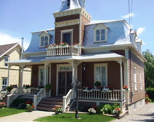 <p>&Agrave; l&#39;image de l&#39;homme, la maison du docteur Jean-R&eacute;mi Chr&eacute;tien, construite vers 1890, est de belle prestance.&nbsp; D&#39;inspiration victorienne, style Second Empire, elle se d&eacute;marque avec sa tourelle centrale en fa&ccedil;ade et sa toiture mansard&eacute;e &agrave; 4 versants rev&ecirc;tue de t&ocirc;le.&nbsp; Son style particulier vaut le coup de s&#39;y arr&ecirc;ter.<br /><br />Source :&nbsp;Fran&ccedil;oise Vachon, livre 150e</p>