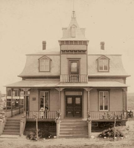 <p>Cette photo d&#39;&eacute;poque de la maison du Dr Chr&eacute;tien d&eacute;montre que celle-ci a conserv&eacute; son magnifique cachet.&nbsp;<br /><br />Source :&nbsp;Livre 150e</p>
