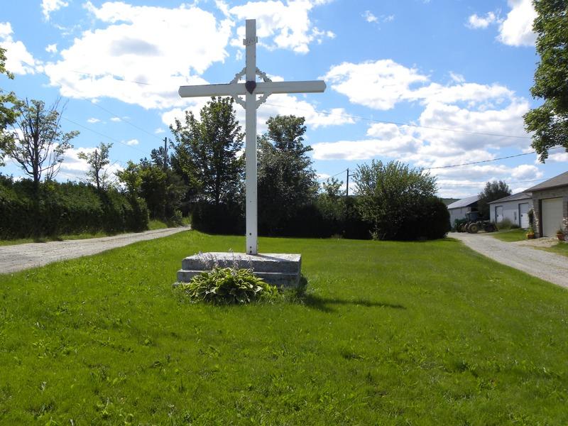 <p>Croix de chemin situ&eacute;e au 2032 Route 112<br /><br />Source :&nbsp;Monique Bellemare</p>
