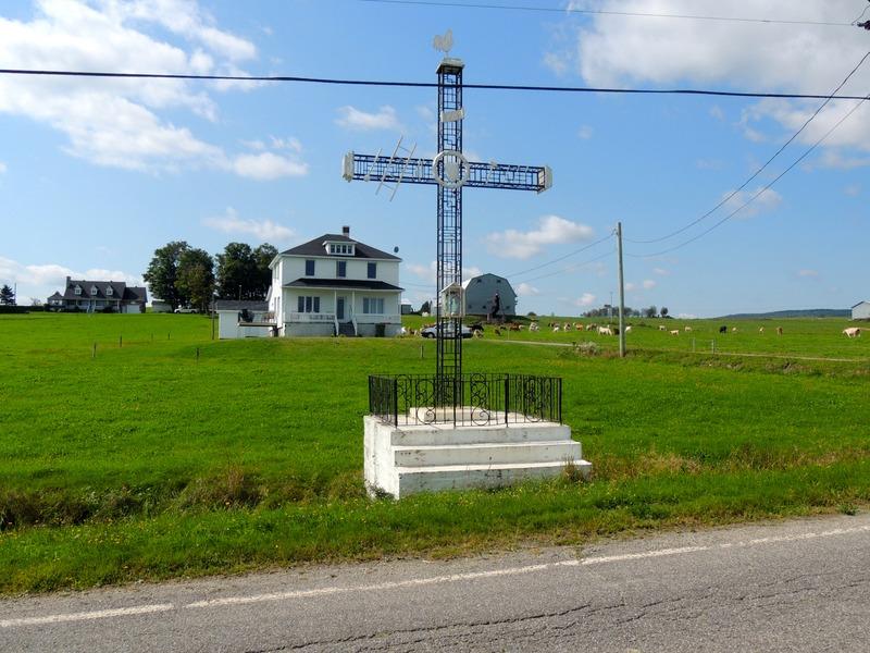 <p>Croix de chemin situ&eacute;e au 700 rang Saint-Pierre<br /><br />Source :&nbsp;Claude Labrecque et G&eacute;rald Arbour</p>