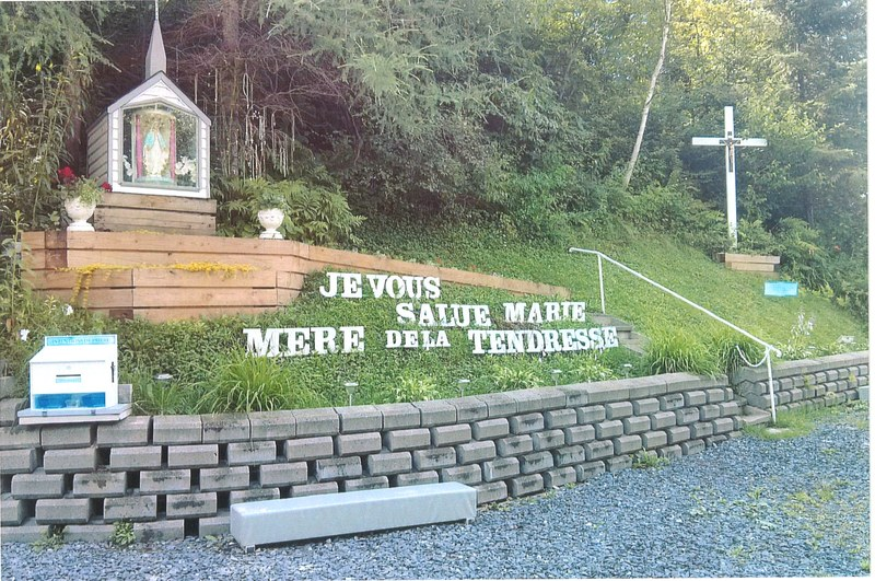 <p>Le Centre marial Notre-Dame de Saint-Fr&eacute;d&eacute;ric est un lieu de recueillement et de pri&egrave;re.&nbsp; Le tout a d&eacute;but&eacute; le 21 juin 1989 apr&egrave;s qu&#39;une dame fut t&eacute;moin de manifestations de la Vierge Marie.&nbsp; Lors de votre arr&ecirc;t,&nbsp; cette belle histoire d&#39;amour vous sera racont&eacute;e.&nbsp; Un v&eacute;ritable tr&eacute;sor &agrave; d&eacute;couvrir!<br /><br />Source : Solange Jacques</p>