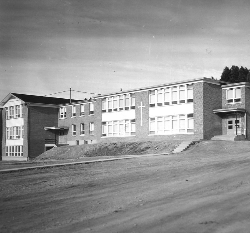 <p>En 1954, un couvent a &eacute;t&eacute; construit au village. L&#39;arriv&eacute;e de celui-ci a entra&icirc;n&eacute; la fermeture des &eacute;coles de rang. Le couvent comprenait 4 classes et un logement pour les religieuses, chapelle et salle. En 1956, trois religieuses de la Congr&eacute;gation des S&oelig;urs Servantes du Saint-C&oelig;ur de Marie sont arriv&eacute;es au Couvent de Saint-Jules. En 1960, un agrandissement a &eacute;t&eacute; construit pour loger 7 classes suppl&eacute;mentaires.<br /><br />Visite libre.<br /><br />Source: Municipalit&eacute; de Saint-Jules&nbsp;</p>