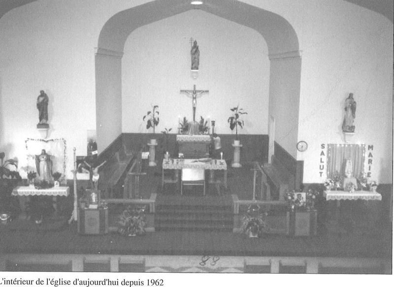 <p>Int&eacute;rieur de l&rsquo;&eacute;glise (partie avant avec la nef et les autels) r&eacute;alis&eacute;e en 1962.<br /><br />Source: Livre du 75e de Saint-Jules</p>