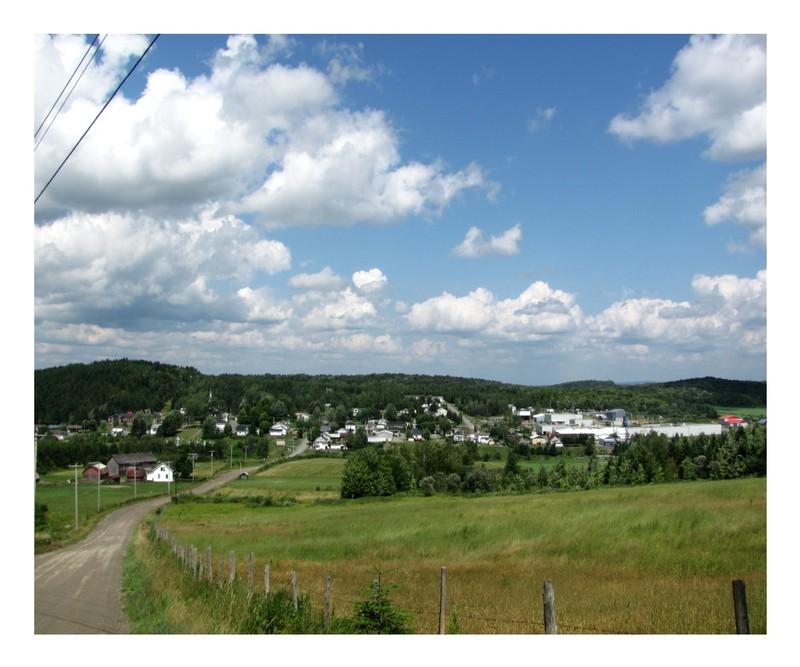<p>Sur cette vue d&#39;ensemble, nous pouvons constater que le village est vraiment situ&eacute; au c&oelig;ur d&#39;une petite vall&eacute;e sillonn&eacute;e par le ruisseau des Ormes et surplomb&eacute;e de parois rocheuses.<br /><br />Source: Municipalit&eacute;</p>