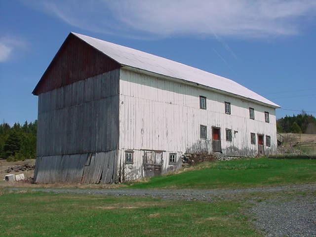 <p>Voici une vieille grange de ferme tr&egrave;s bien conserv&eacute;e. Il reste tr&egrave;s peu de b&acirc;timents de ferme ayant gard&eacute; leur cachet d&rsquo;antan. Ils ont, en g&eacute;n&eacute;ral, &eacute;t&eacute; remplac&eacute;s par de b&acirc;timents plus modernes.<br /><br />Source: Municipalit&eacute;</p>