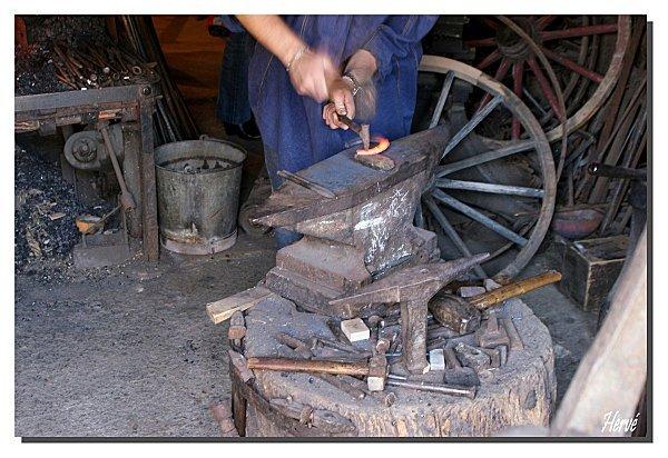 <p>Le forgeron &eacute;tait indispensable &agrave; la vie quotidienne d&#39;autrefois. Il fabriquait les outils, les attelages, les harnais et travaillait sur toutes sortes de voitures. Il ferrait aussi les chevaux, les b&oelig;ufs, en plus de travailler le bois, le fer, le sable et le cuir. Le forgeron prenait aussi soins de nourrir les chevaux.</p>