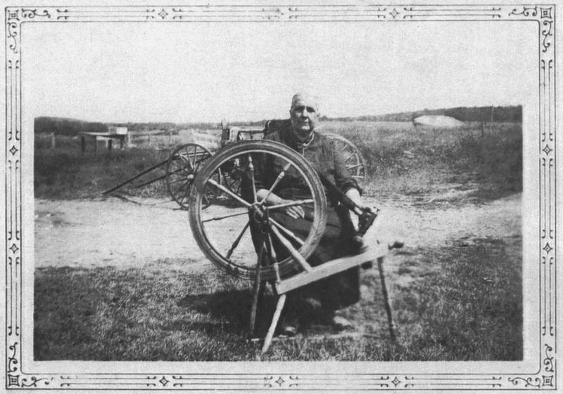 <p>William Duval, qui a achet&eacute; le moulin des Johnson, a par la suite ajout&eacute; un moulin &agrave; farine et un moulin &agrave; carde le long de la rivi&egrave;re Le Bras. Les gens y faisaient carder la laine de leurs moutons. Des femmes filaient cette laine pour l&rsquo;installer sur des d&eacute;vidoirs, puis en faire des &eacute;cheveaux de laine.<br /><br />Source: Soci&eacute;t&eacute; du Patrimoine de Saint-Victor-de-Beauce</p>