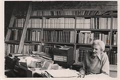 <p>Apr&egrave;s la s&eacute;paration du village et de la paroisse, en 1922, Henri Lacourci&egrave;re f&ucirc;t nomm&eacute; le premier maire du village. La Biblioth&egrave;que Luc-Lacourci&egrave;re a &eacute;t&eacute; nomm&eacute;e en honneur de son fils, ethnologue fondateur des Archives de folklore et d&#39;ethnologie de l&rsquo;Universit&eacute; Laval. N&eacute; &agrave; Saint-Victor en 1910, il f&ucirc;t inspir&eacute; par l&#39;ethnologue Marius Barbeau et l&#39;&eacute;crivain F&eacute;lix-Antoine Savard, qui l&#39;am&egrave;nent &agrave; s&#39;int&eacute;resser au folklore et &agrave; entreprendre, par la suite, des enqu&ecirc;tes dans les r&eacute;gions de la province de Qu&eacute;bec, dans les provinces maritimes, dans le Maine et la Louisiane. Il f&ucirc;t &eacute;galement le mentor et le directeur de th&egrave;se notamment de Gilles Vigneault, Antonine Maillet, Madeleine Doyon et de bien d&rsquo;autres.<br /><br />Source: Soci&eacute;t&eacute; du Patrimoine de Saint-Victor-de-Beauce</p>