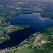 <p>Au cours des ann&eacute;es 2000, le Lac Fortin, comme de nombreux autres lacs de la province, a &eacute;t&eacute; touch&eacute; par les fleurs d&rsquo;eau d&rsquo;algues bleu-vert. Depuis, le gouvernement du Qu&eacute;bec a adopt&eacute; une Politique de protection des rives, du littoral et des plaines inondables et porte une attention soutenue aux lacs et cours d&rsquo;eau du Qu&eacute;bec. L&rsquo;APELF met les bouch&eacute;es doubles pour conscientiser aux enjeux environnementaux les quelques 200 riverains qui habitent autour du lac.<br /><br />Source : Soci&eacute;t&eacute; du Patrimoine de Saint-Victor-de-Beauce, Daniel Corriveau, phot.</p>