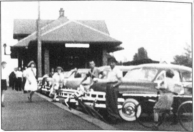 <p>Tout se passait &agrave; Tring-Jonction. Beaucoup de belles rencontres se faisaient. Les soirs de l&#39;arriv&eacute;e des trains de voyageurs, les habitants se rendaient &agrave; la gare pour voir le d&eacute;barquement des passagers : accolades, &eacute;treintes, poign&eacute;es de mains &eacute;taient &agrave; l&#39;ordre du jour. Les taxis faisaient la queue pour amener ces voyageurs &agrave; destination quand c&#39;&eacute;tait n&eacute;cessaire<br /><br />Source:&nbsp;Fonds Bertrand Champagne. Film de 1952</p>
