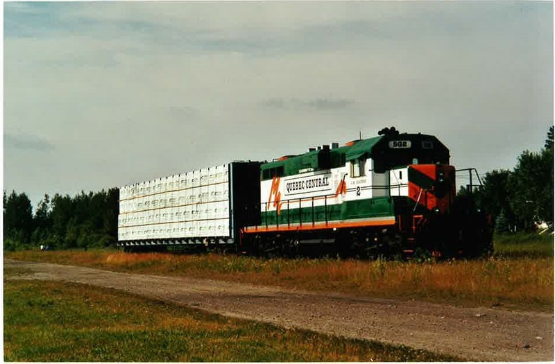 <p>Des dates &agrave; retenir et une lueur d&#39;espoir.<br />1967 abandon des trains de passagers<br />1968 fermeture de la gare<br />1972 Abandon de la ligne Tring - Lac-M&eacute;gantic.&nbsp;Et par la suite, le d&eacute;mant&egrave;lement de la voie ferr&eacute;e s&#39;effectue.<br />1990, la partie compris entre Tring et Lac-M&eacute;gantic est d&eacute;mentel&eacute;e.&nbsp;Or, un p&#39;tit gars du milieu, Jean-Marc Gigu&egrave;re, se bat pour &eacute;viter le d&eacute;mant&egrave;lement de la voie Qu&eacute;bec - Sherbrooke.&nbsp;<br />En l&#39;an 2000, pr&eacute;cis&eacute;ment, le 5 juillet, s&#39;&eacute;branle le premier convoi de marchandises vers le Texas.<br /><br />Source:&nbsp;Quebec Central Railway (2000)</p>