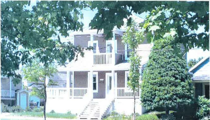 <p>De m&ecirc;me style que la maison des docteurs, cette maison a obtenu une cote de 98/100 lors de l&#39;inventaire architectural des b&acirc;timents de la municipalit&eacute;. Situ&eacute;e au 141 avenue Commerciale.&nbsp;<br /><br />Source:&nbsp;Marie-Jos&eacute;e Pomerleau (entre 1930 et 1943)</p>